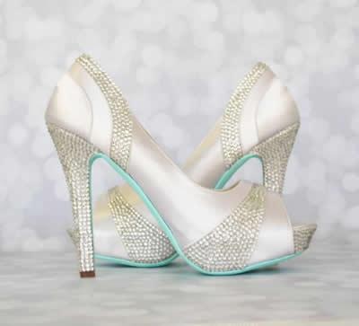 gümüş-işlemeli-parlak-gelin-ayakkabısı
